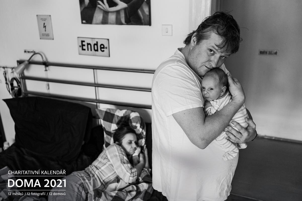 Portrét Tomina Jeřábek se synem Teem a manželkou Halkou Třešňákovou Doma 2021